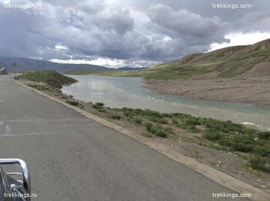Дорога вдоль реки в Западном Тибете