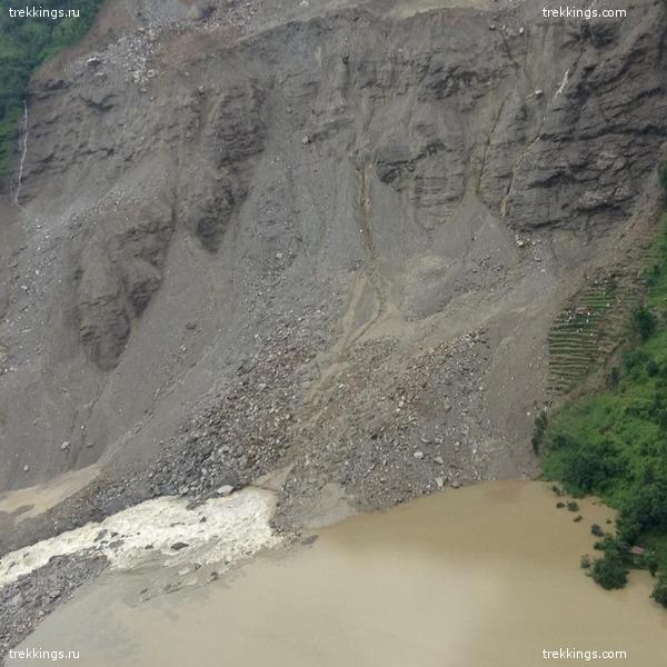 Терассы кажущиеся крошечными рядом с обнаженной частью горы