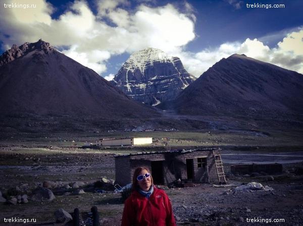 Люда в Дирапхуке. На заднем плане гостевые дома индуистов.